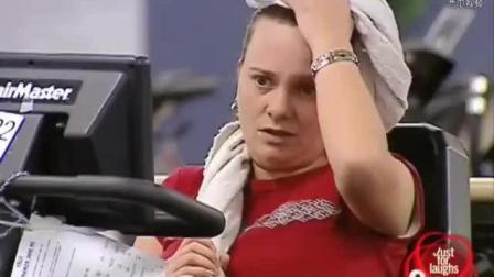 国外恶搞: 胖男子在健身房锻炼, 瑜伽球也压破了