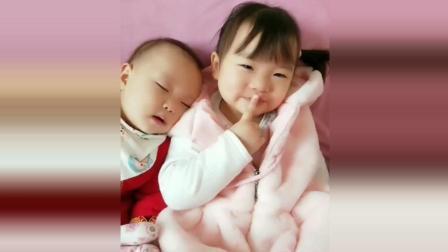 弟弟靠着姐姐的肩膀上睡着了, 接下来姐姐的反应太有爱了!