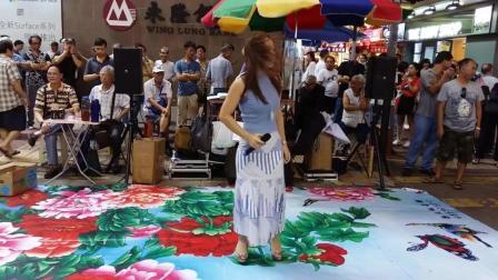 清凉美女乐儿街头翻唱经典歌曲《鲜花满月楼》