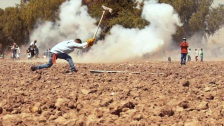 """揭秘墨西哥""""骇人""""风俗, 用铁锤重击炸药"""