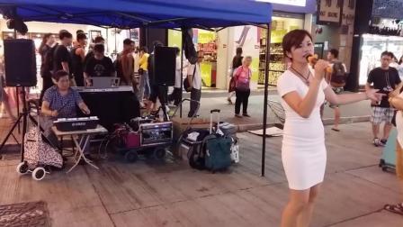 包臀裙美女街头艺人Vincci 翻唱经典情歌《娜奴娃