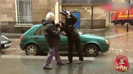国外爆笑整蛊恶作剧, 女警察在街头恶搞路人让人