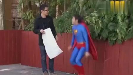 太搞笑的恶作剧了: 男子穿超人衣服问路, 问完直