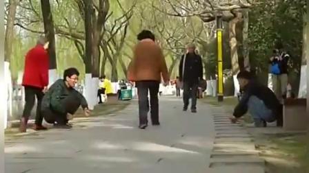 恶搞无形的绳子, 把路人整懵圈了!