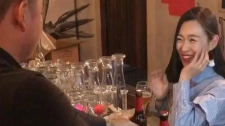 美女在酒吧和二货眉目传情, 小伙看入迷闹笑话了
