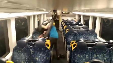 澳大利亚火车上两男子打架后拥抱 网友: 看不懂