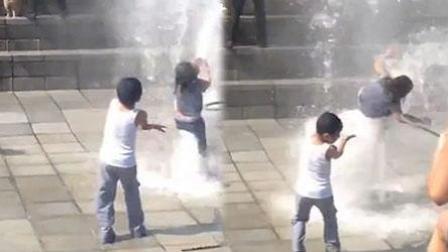 女童被喷泉喷起后摔下