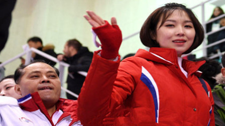 朝鲜美女啦啦队抵达韩国 颜值PK韩流女团