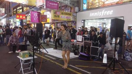 大长腿街头美女艺人COCO翻唱经典歌曲《歌在飞》