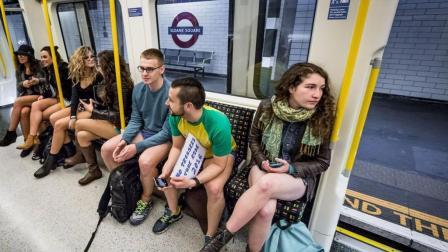 国外的年轻人节日, 上地铁都不穿裤子, 女人不怕走光?