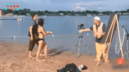 搞笑短视频: 国外海边恶搞游客, 你看他的表情