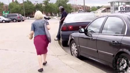 明明看到美女丢了钱包, 上了车, 结果车里找不到
