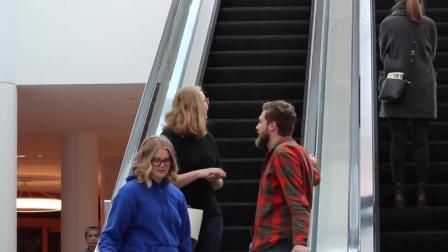 靓女上下电梯与陌生人摸手恶搞, 路人的反应真是
