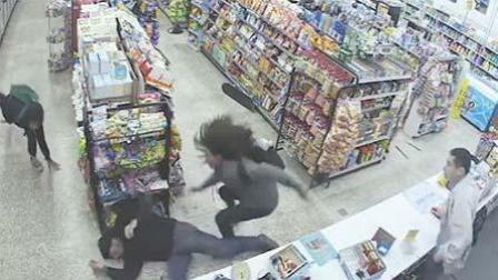 """两小偷便利店""""偶""""遇持枪劫匪"""