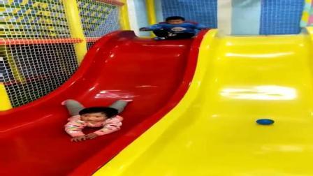 小孩子玩梭梭板时的一个爆笑镜头