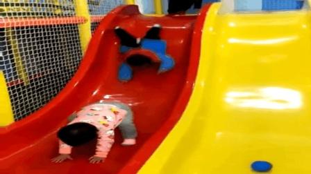 两小孩子在游乐场发生的一个爆笑镜头