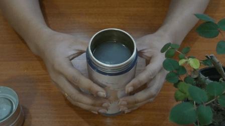 银杯子上的茶渍很难清洗掉, 把它倒进杯子里, 茶渍污垢一碰就掉