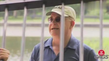 国外搞笑视频: 假装盲人恶搞把头塞住了笑死了
