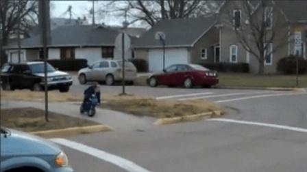 爆笑_搞笑短视频小孩子骑着小摩托车到学校太有