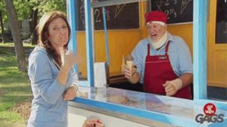 国外搞笑视频: 买冰激凌街头恶搞路人笑死了超级