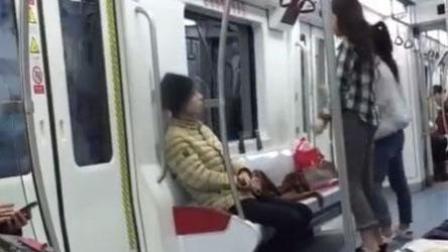 两美女地铁上直播热舞 一旁小哥看呆