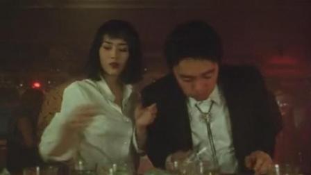 周星驰被酒吧女捉弄生气了, 一杯酒泼到对方脸上
