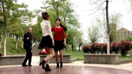 点击观看《让60岁的老头心动的32步广场舞 乌来山下一朵花 双人跳起情趣增添不少呀》