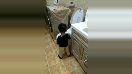 搞笑: 宝宝来到了马桶边洗脸, 接下来的一幕连妈