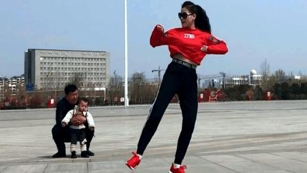 点击观看《6步鬼步舞 上过电视台的广场舞女神就是不一样》