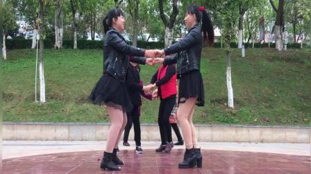 点击观看《分分钟就学会的32步双人对跳广场舞 新龙船调 舞姿这样的美轮美奂呀》