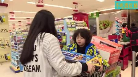 """妈妈是超人 邹市明的小儿子变""""吃货""""最爱巧克力, 轩轩却在一旁捣乱!"""