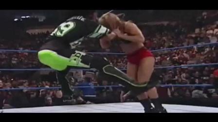 WWE: 美女台上被肌肉男暴揍, 重要部位险些被挤爆