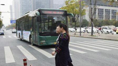 公交司机礼让行人获女孩飞吻