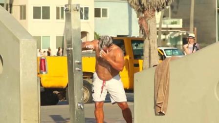 国外搞笑视频集, 衰男街头恶搞整盅洗头肌肉男
