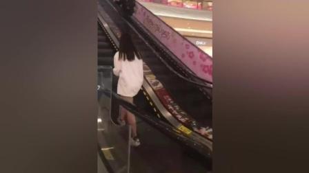 商城偶遇一低头族美女上电梯, 没忍住!