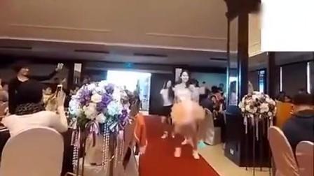 美女新娘婚礼上大跳热舞 公公婆婆看愣了