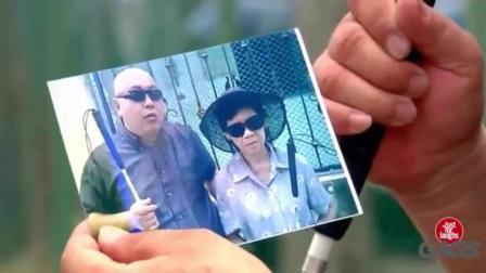国外搞笑视频集, 盲人街头恶搞路人, 称自己的伴