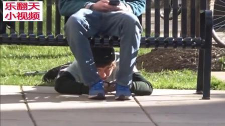 国外搞笑视频合集: 公园超级恶搞恶作剧之绑鞋带