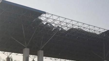新乡大风掀翻体育场看台顶棚