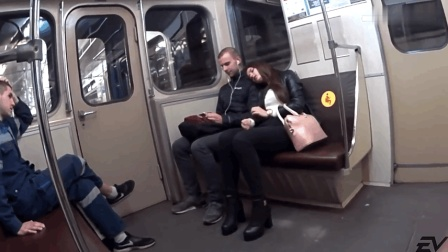 国外恶搞: 当陌生女孩睡在你的肩膀上, 你会是什