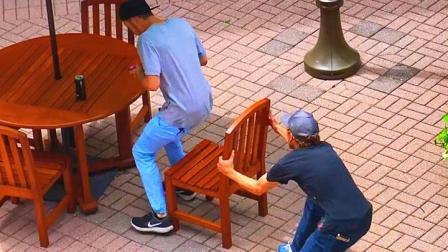 老外满大街抽陌生人凳子, 全程被狂追不止, 网友