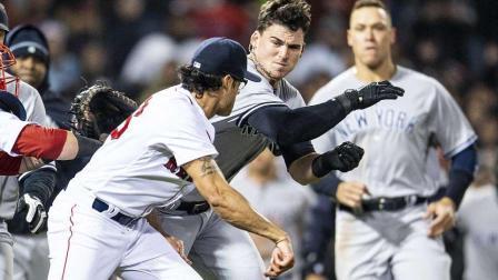 棒球比赛变成两队群殴