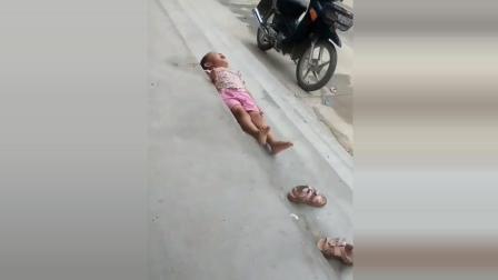 小孩被妈妈砸在地上哭