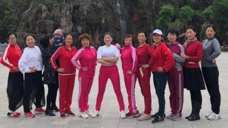 点击观看《正能量广场舞 兄弟姐妹一家亲 32步欢快节拍 青青世界广场舞》