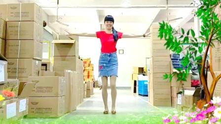 点击观看《劲爆又好看的广场舞 油菜花开 麦芽广场舞》