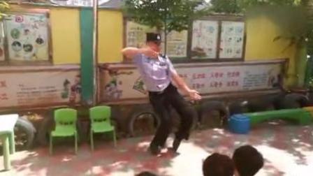 民警扭霹雳舞向幼儿普法