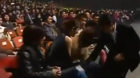 颁奖典礼上, 陈慧琳二次突发状况, 还好有刘德华出手解围!