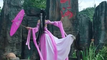 美女穿了一身儿古装, 一个背影就太唯美了, 值得