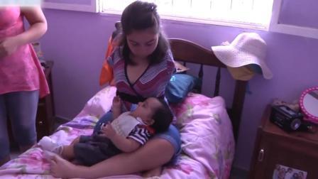 无臂妈妈被丈夫抛弃, 用脚抱孩子给孩子喂食