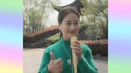 美女孟欣雨和同学合唱一首《你开心所以我快乐